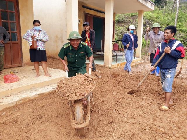 Quân và dân dồn sức dựng cầu tạm qua suối Abaanh để học sinh đến lớp - 7