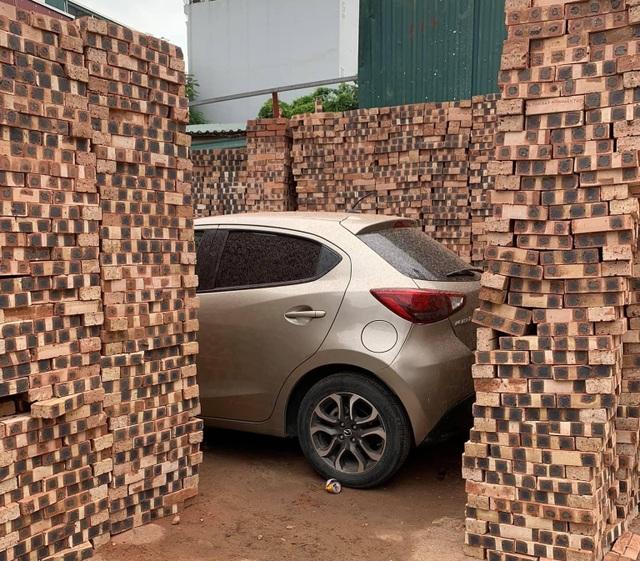 """Chủ xe Mazda tại Hà Nội nhận cái kết """"méo mặt"""" khi đỗ xe gần đống gạch - 2"""