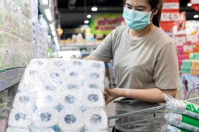Trước khi phát minh ra giấy vệ sinh thì con người dùng gì? - 1