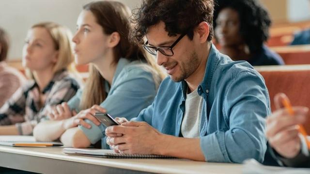 Quốc gia nào cho phép học sinh sử dụng điện thoại trong giờ học? - 1