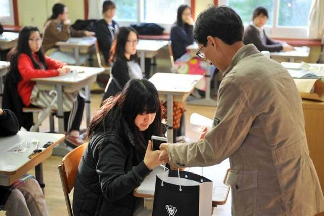 Quốc gia nào cho phép học sinh sử dụng điện thoại trong giờ học? - 3