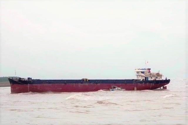 Cứu hộ tàu hàng 2.500 tấn mắc cạn, nguy cơ lật chìm - 1