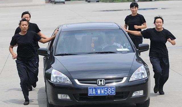 """Nhà giàu Trung Quốc """"săn"""" vệ sĩ công nghệ cao - 1"""