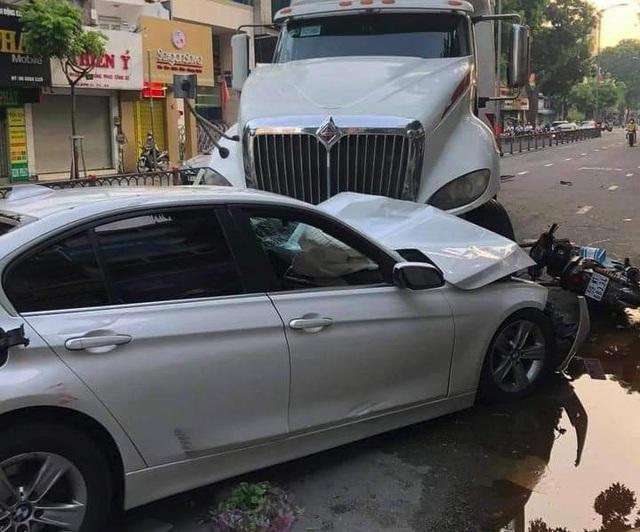 Xe container tông nát BMW và 2 xe máy, nhiều người thoát chết - 2