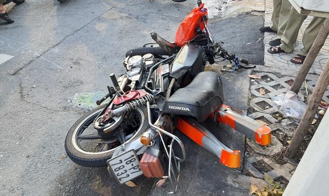 Xe container tông nát BMW và 2 xe máy, nhiều người thoát chết - 3