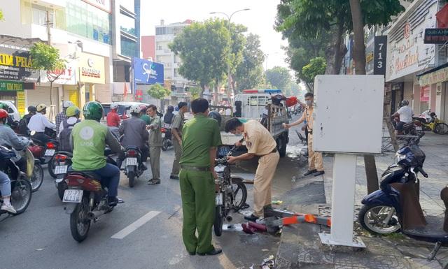 Xe container tông nát BMW và 2 xe máy, nhiều người thoát chết - 4