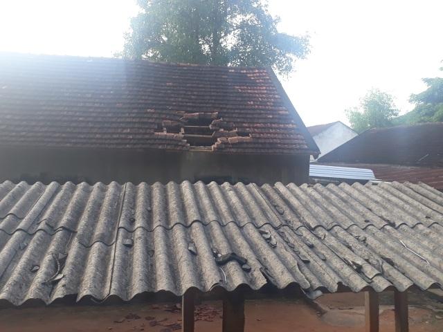 Vụ trường học sắp sập ở Nghệ An: Sau cơn bão, mái ngói bị sập hàng loạt - 1