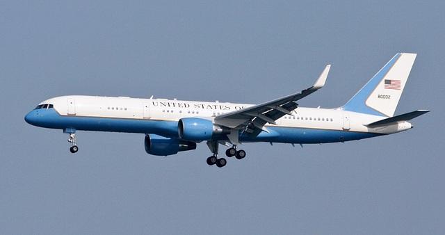 Chuyên cơ chở Phó tổng thống Mỹ hạ cánh khẩn cấp, nghi đâm phải chim - 1