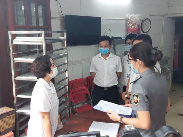 Hà Nội: Phát hiện 1 xưởng sản xuất bánh trung thu nằm cạnh rãnh nước thải - 1