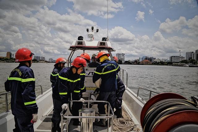 Người lính gần 30 năm lái tàu chữa cháy trên sông - 10