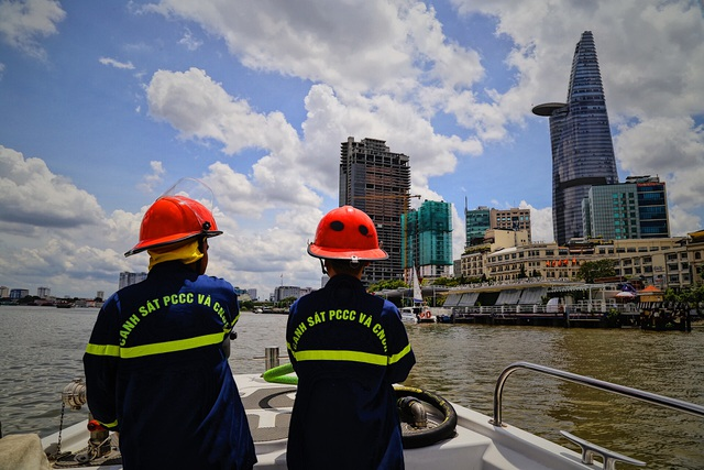 Người lính gần 30 năm lái tàu chữa cháy trên sông - 11