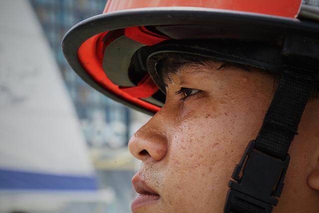Người lính gần 30 năm lái tàu chữa cháy trên sông - 7