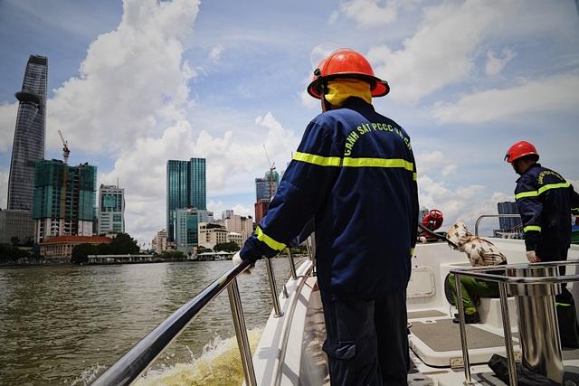 Người lính gần 30 năm lái tàu chữa cháy trên sông - 9