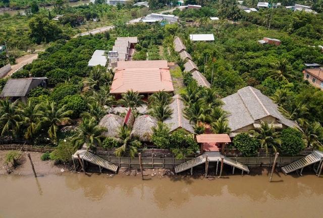 Choáng ngợp biệt phủ 6 tỷ đồng làm từ 4.000 cây dừa của lão nông miền Tây - 1