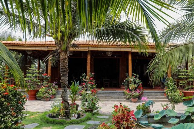 Choáng ngợp biệt phủ 6 tỷ đồng làm từ 4.000 cây dừa của lão nông miền Tây - 3