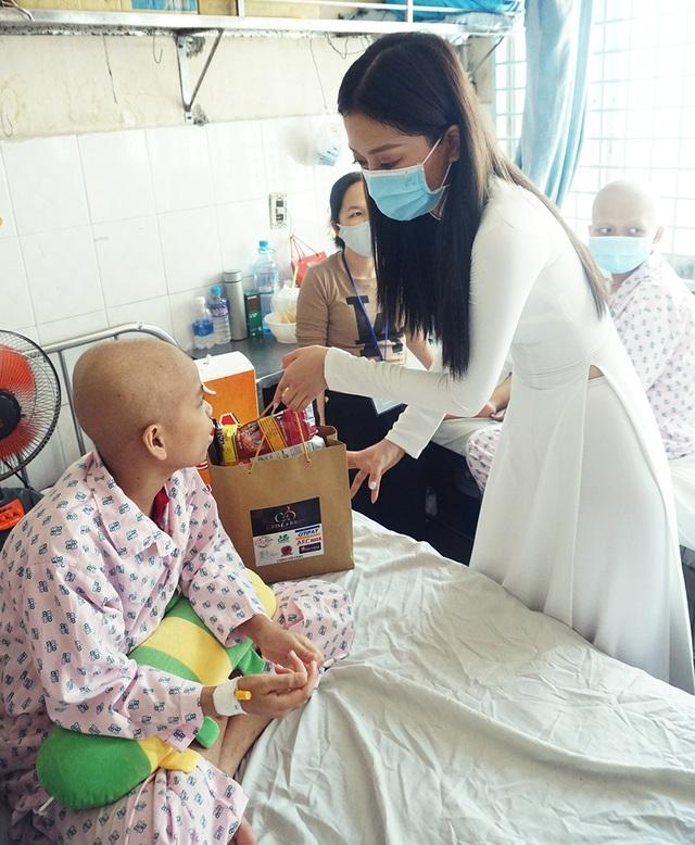 Top 3 Hoa hậu Việt Nam mang Trung thu đến cho bệnh nhi Ung bướu - 5