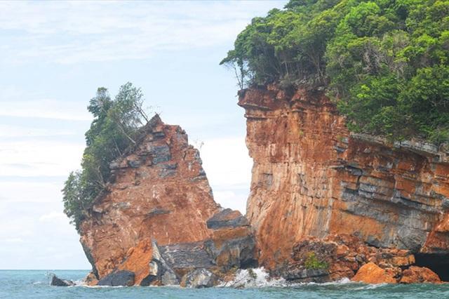 Một phần hòn đảo bất ngờ bị vỡ do mưa lớn và sóng mạnh - 1