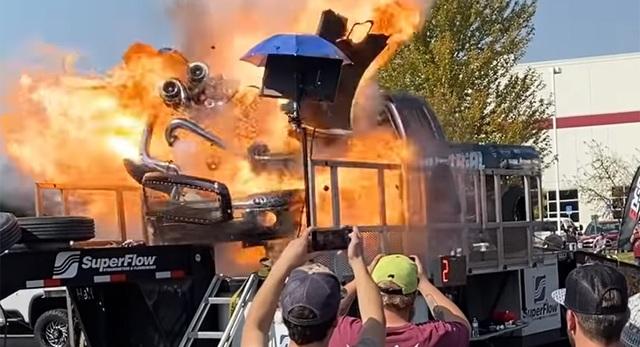 Độ quá tay khiến ô tô phát nổ như bom - 1
