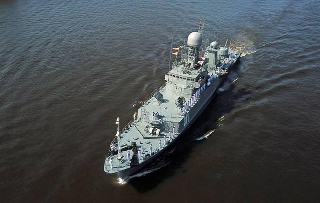 Tàu chiến Nga va chạm với tàu hàng - 1