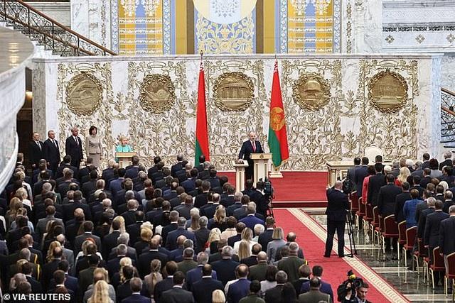 """""""Biển người biểu tình sau khi Tổng thống Belarus bất ngờ nhậm chức lần 6 - 3"""
