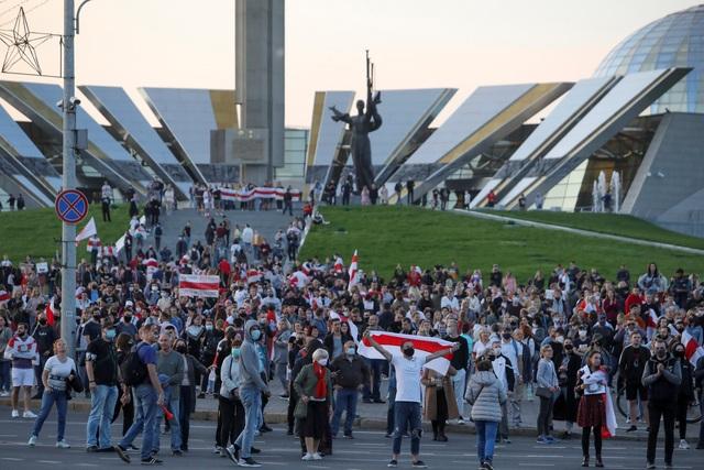 """""""Biển người biểu tình sau khi Tổng thống Belarus bất ngờ nhậm chức lần 6 - 8"""