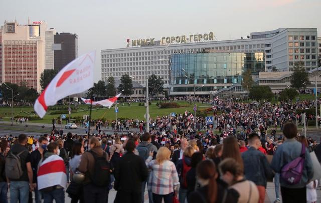 """""""Biển người biểu tình sau khi Tổng thống Belarus bất ngờ nhậm chức lần 6 - 10"""