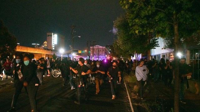 Biểu tình lại bùng phát khắp nước Mỹ, 2 cảnh sát bị bắn - 3