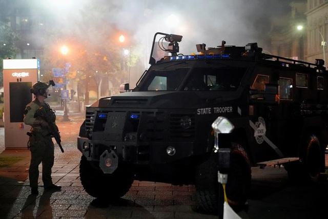 Biểu tình lại bùng phát khắp nước Mỹ, 2 cảnh sát bị bắn - 11