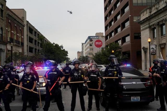 Biểu tình lại bùng phát khắp nước Mỹ, 2 cảnh sát bị bắn - 2