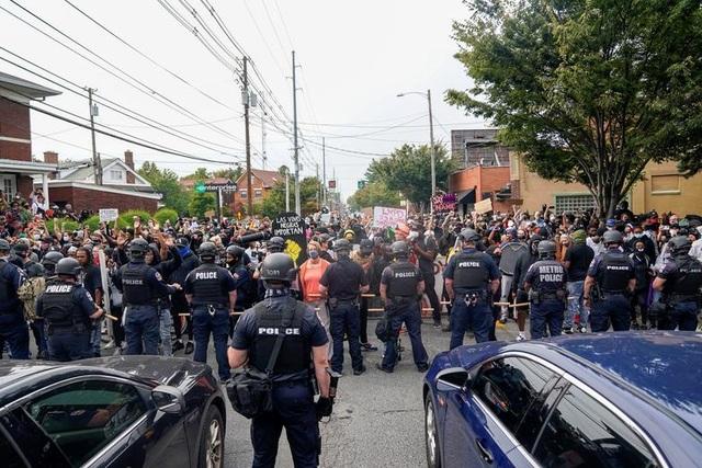 Biểu tình lại bùng phát khắp nước Mỹ, 2 cảnh sát bị bắn - 1