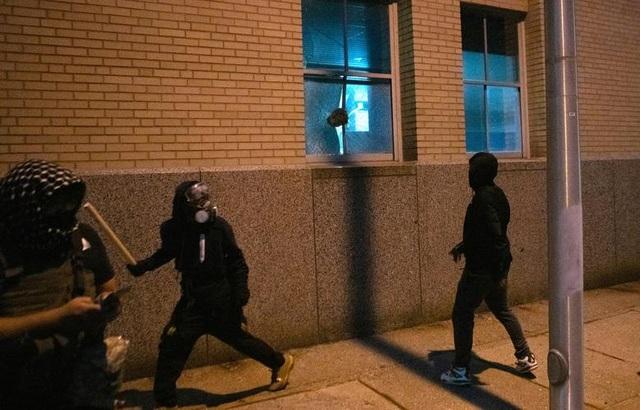 Biểu tình lại bùng phát khắp nước Mỹ, 2 cảnh sát bị bắn - 9
