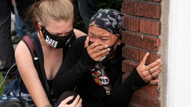 Biểu tình lại bùng phát khắp nước Mỹ, 2 cảnh sát bị bắn - 13
