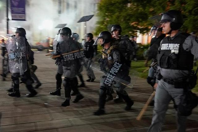 Biểu tình lại bùng phát khắp nước Mỹ, 2 cảnh sát bị bắn - 5