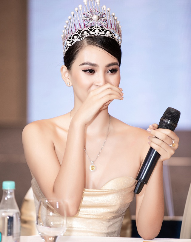 Hoa hậu Trần Tiểu Vykhóc khi chia sẻ về 2 năm đương nhiệm - 6