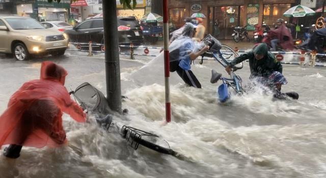 TPHCM: Mưa như trút, nước cuốn trôi xe đạp học sinh giờ tan trường - 4