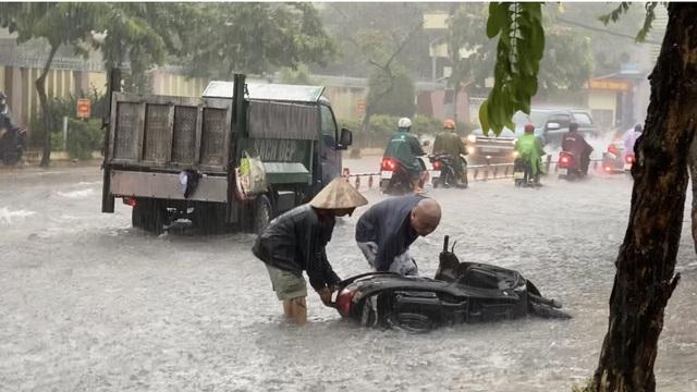 TPHCM: Mưa như trút, nước cuốn trôi xe đạp học sinh giờ tan trường - 2