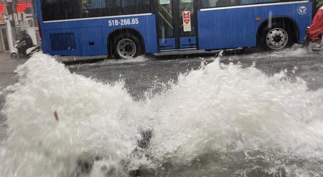 TPHCM: Mưa như trút, nước cuốn trôi xe đạp học sinh giờ tan trường - 7