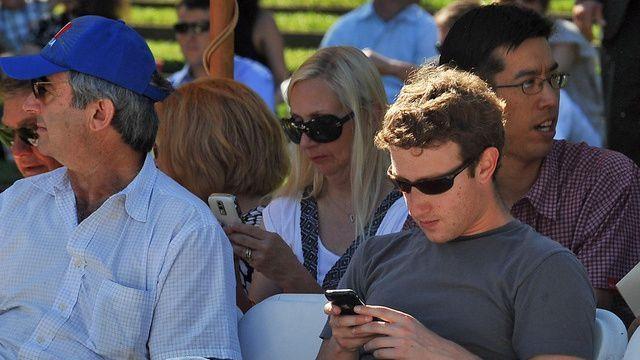 Bất ngờ trước chiếc điện thoại ruột của CEO Mark Zuckerberg - 3