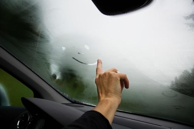 Tại sao kính ô tô bị mờ hơi nước và phải làm gì để xử lý? - 1