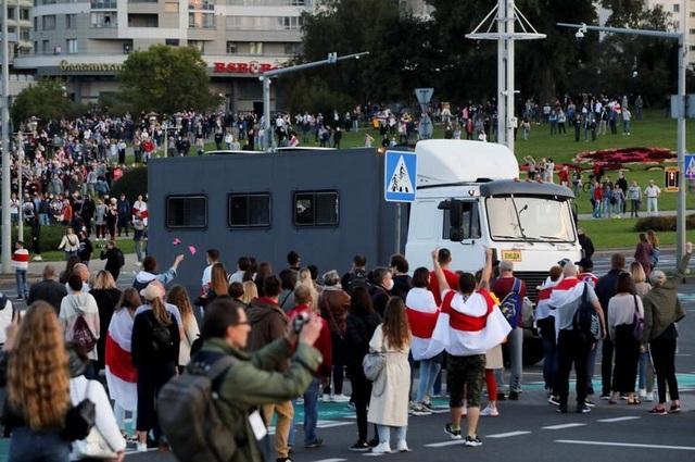 """""""Biển người biểu tình sau khi Tổng thống Belarus bất ngờ nhậm chức lần 6 - 4"""