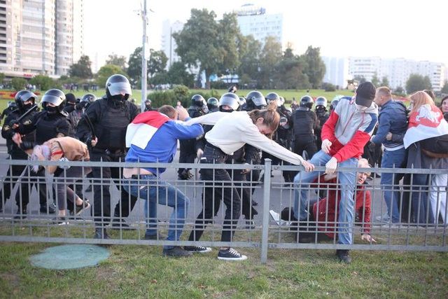 """""""Biển người biểu tình sau khi Tổng thống Belarus bất ngờ nhậm chức lần 6 - 7"""