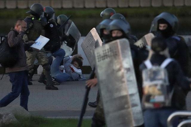 """""""Biển người biểu tình sau khi Tổng thống Belarus bất ngờ nhậm chức lần 6 - 12"""