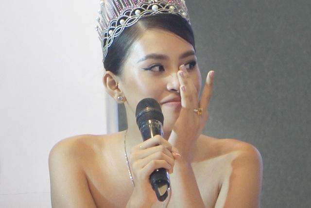 Hoa hậu Trần Tiểu Vykhóc khi chia sẻ về 2 năm đương nhiệm - 5