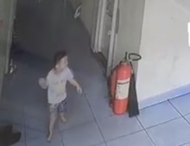 Lọt lan can cầu thang, bé trai 20 tháng tuổi rơi từ tầng 3 chung cư - 1