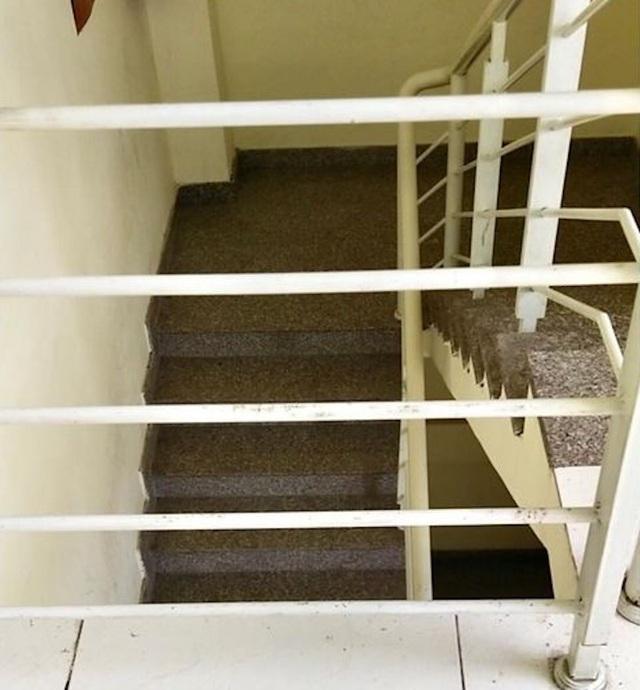 Lọt lan can cầu thang, bé trai 20 tháng tuổi rơi từ tầng 3 chung cư - 2