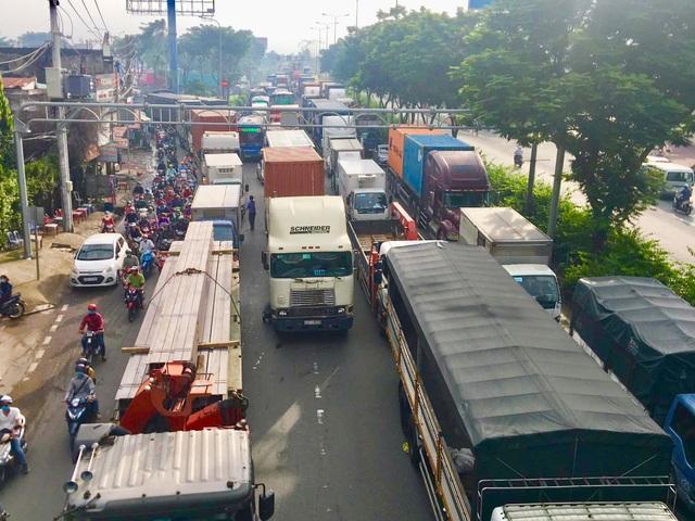 Xe container bay lên dải phân cách, quốc lộ ùn tắc gần 5km - 3