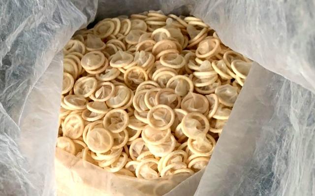 Chưa thể truy nguồn gốc hơn 300 nghìn bao cao su cũ được tái chế - 1