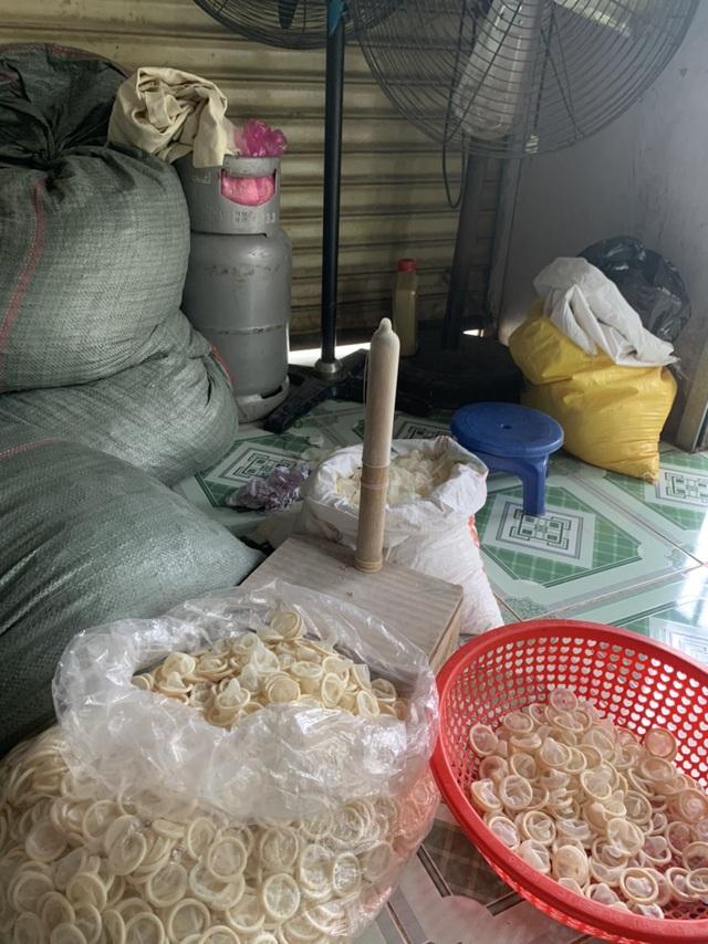 Vụ tái chế hàng trăm kg bao cao su cũ: Chưa tìm ra chủ, không rõ nguồn gom - 1