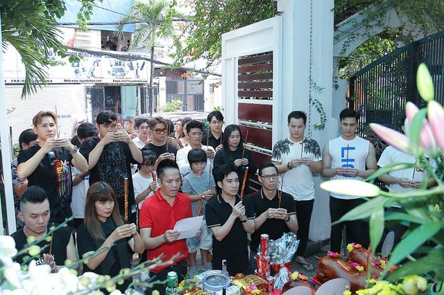 Quang Hà, Nguyễn Hồng Nhung cúng Tổ sân khấu sớm - 1