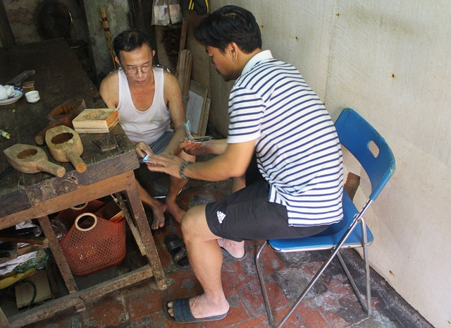 Phong cách bán hàng lạ kỳ của người thợ Hà thành đúc khuôn bánh trung thu - 3